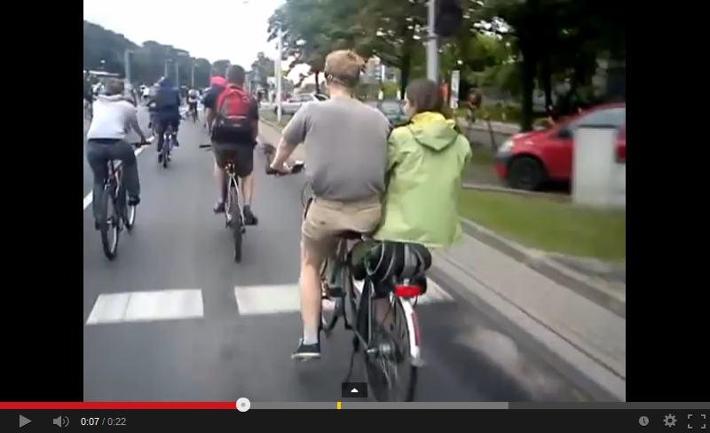 密着して隣に座る2人乗り自転車がアツい!