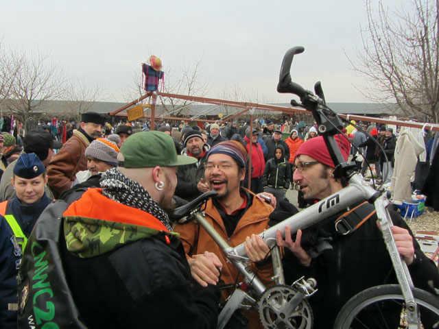 世界一周チャリヨシさんの折りたたみ自転車がハンガリーで盗難→奇跡が起きて発見!