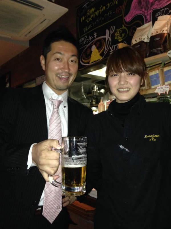 かわいい飲み屋店員とビール売りのお姉さんの写真画像[美人女子シリーズ] (2)