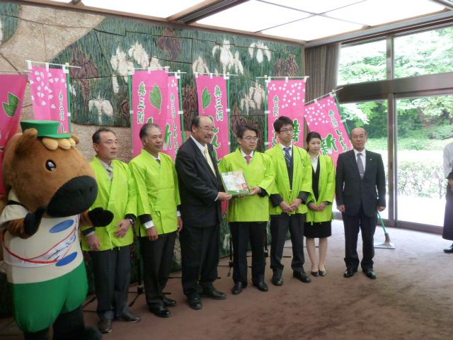 大村愛知県知事に新城市が誇る「かぶせ茶」「煎茶」「紅茶」を贈呈したら新聞掲載されたよ! (4)