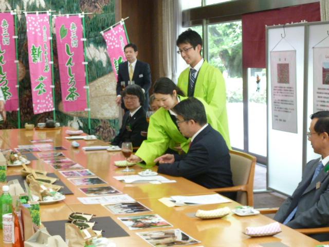 大村愛知県知事に新城市が誇る「かぶせ茶」「煎茶」「紅茶」を贈呈したら新聞掲載されたよ! (2)