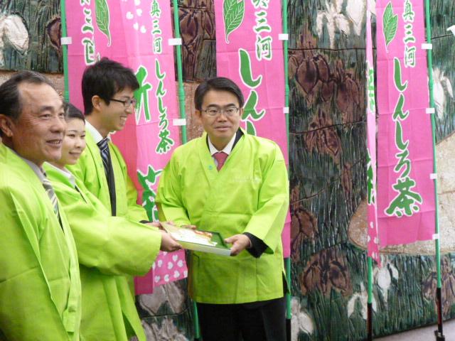 大村愛知県知事に新城市が誇る「かぶせ茶」「煎茶」「紅茶」を贈呈したら新聞掲載されたよ! (3)