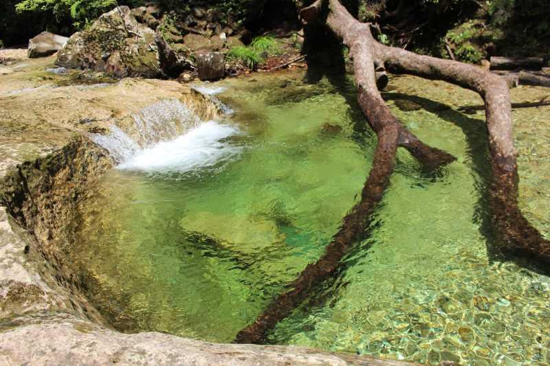乳岩峡の川の水がきれい過ぎるので、川遊びとプチクライミングをしてハイキング