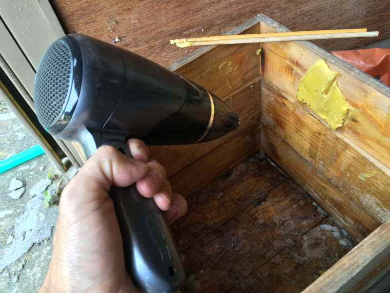 日本みつばち用の巣箱に蜜蝋を塗り、雨に濡れないように屋根を作った! (3)