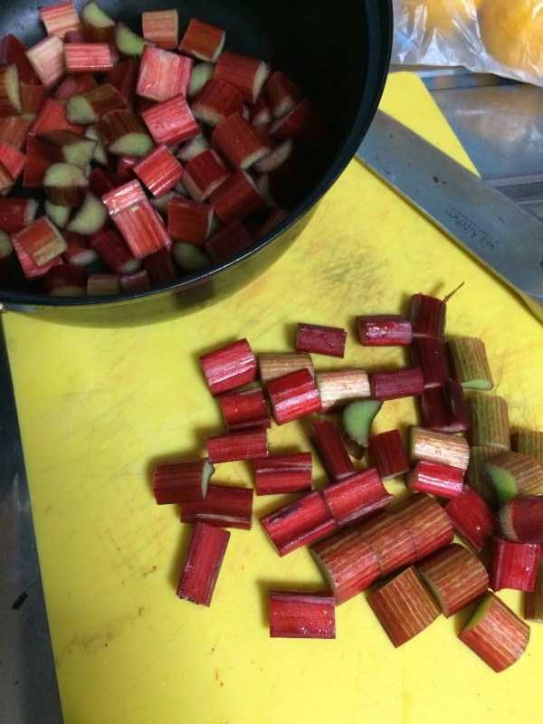 真っ赤なルバーブのジャムを作ってみた!作り方は砂糖を入れて混ぜながら煮込むだけ! (3)