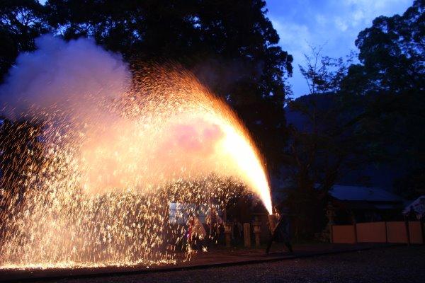 1メートルほどの竹筒に火薬を詰めて人が抱える手筒花火がすごい!【新城市川合地区祭り】 (11)