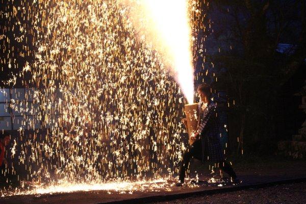 1メートルほどの竹筒に火薬を詰めて人が抱える手筒花火がすごい!【新城市川合地区祭り】 (15)