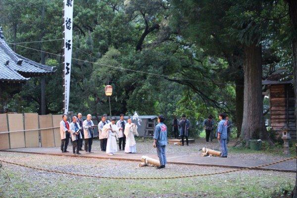 1メートルほどの竹筒に火薬を詰めて人が抱える手筒花火がすごい!【新城市川合地区祭り】 (1)