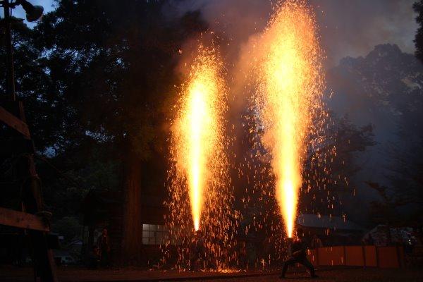 1メートルほどの竹筒に火薬を詰めて人が抱える手筒花火がすごい!【新城市川合地区祭り】 (9)