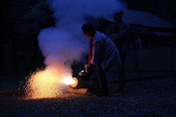 1メートルほどの竹筒に火薬を詰めて人が抱える手筒花火がすごい!【新城市川合地区祭り】 (4)