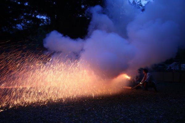 1メートルほどの竹筒に火薬を詰めて人が抱える手筒花火がすごい!【新城市川合地区祭り】 (7)