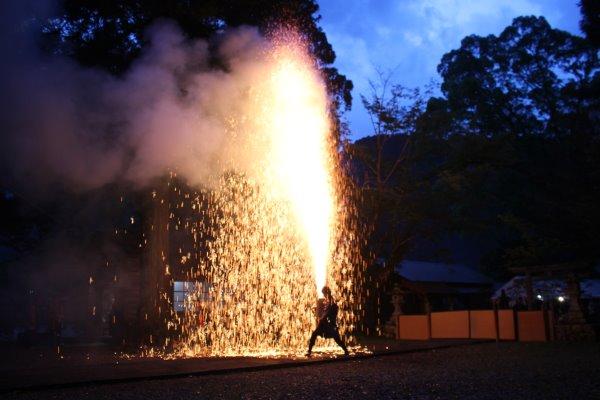 1メートルほどの竹筒に火薬を詰めて人が抱える手筒花火がすごい!【新城市川合地区祭り】 (13)