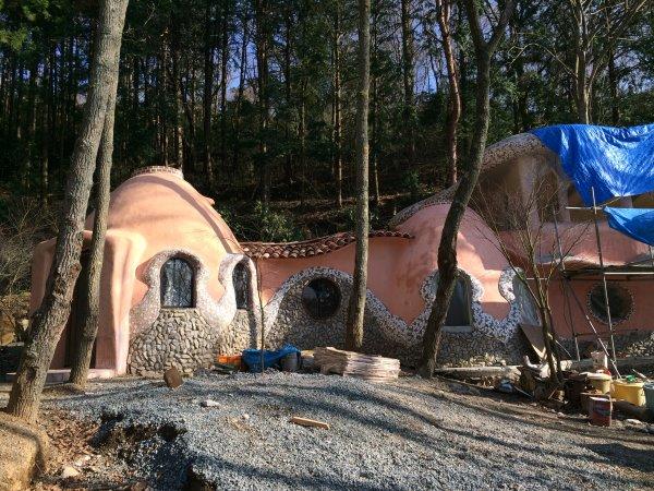 伊豆のスターヒルズのログハウスと作りかけのアースバックハウスがすごすぎた!【静岡】 (1)
