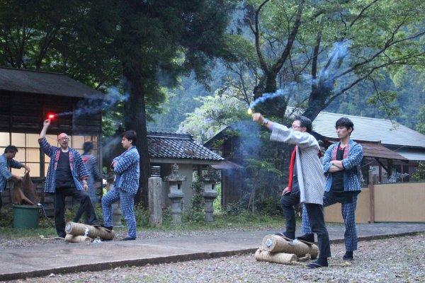 1メートルほどの竹筒に火薬を詰めて人が抱える手筒花火がすごい!【新城市川合地区祭り】 (3)